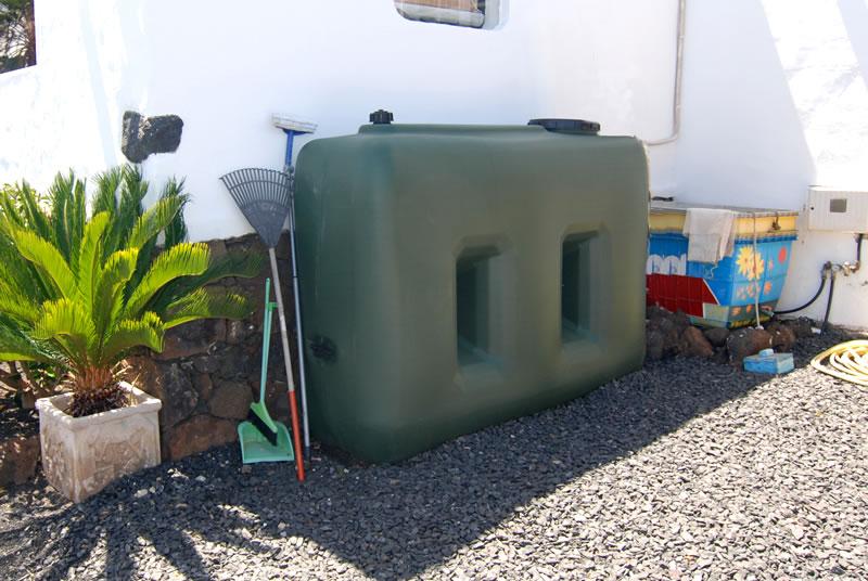 trinkwasser zisterne men at work lanzarote. Black Bedroom Furniture Sets. Home Design Ideas